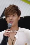 Hyun Joong patiently answers questions at the premier of HEAT.